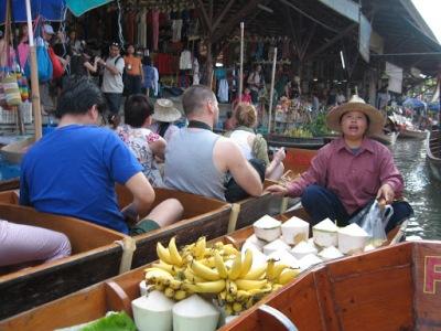Barcos de comércio e de transporte de turistas se misturam no caos desse rio