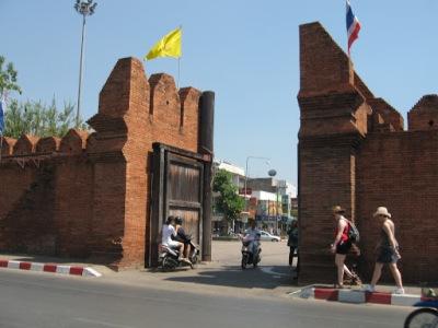 Chiang Mai é uma cidade cercada por muros e o acesso se dá por esses portões