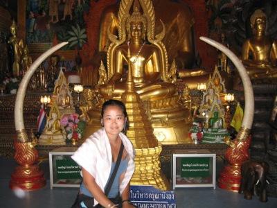 É proibido entrar nos templos com os ombros a mostra