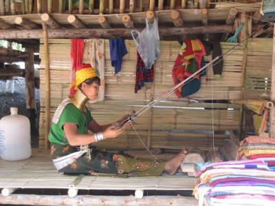 A tribo sobrevive da venda de artesanatos...