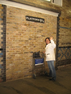 Na plataforma 9 3/4, na estação Kings Cross, indo pra Hogwarts