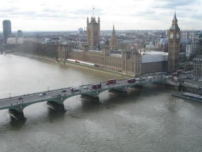 Big Ben e os típicos ônibus vermelhos de Londres