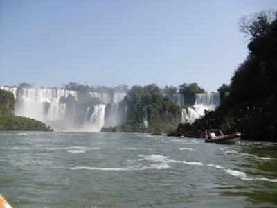 No barco, a caminho do maior banho de cachoeira que já tomei!