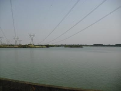 A enorme quantidade de água que mantém as turbinas em movimento
