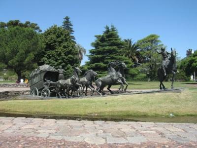 Uma das praças com monumentos sobre a história do Uruguai