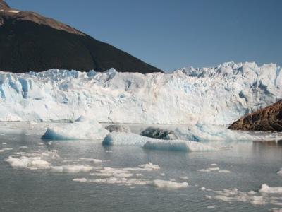 O barco te leva bem perto do glaciar