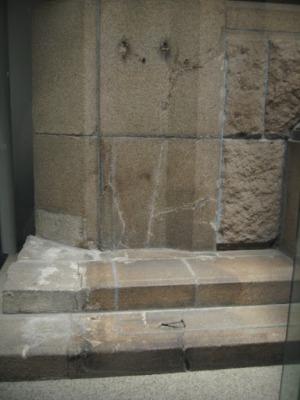 Sombra de uma pessoa que estava sentada na escada quando a bomba explodiu. Ela foi desintegrada e só sua sombra restou