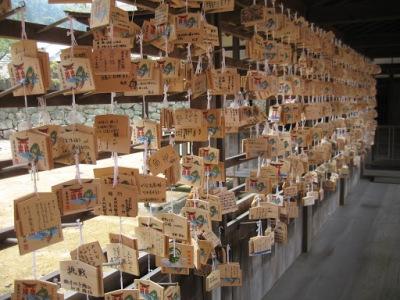 Escreva seus pedidos nessas placas de madeira e eles serão levados aos deuses, durante uma cerimônia