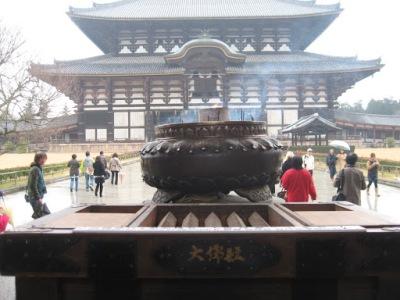 Todos os templos possum um lugar para acender incensos e jogar moedas