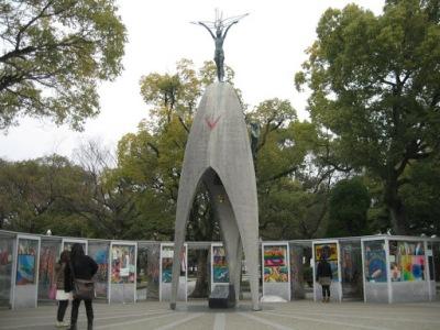 Monumento das crianças rodeado de tsurus