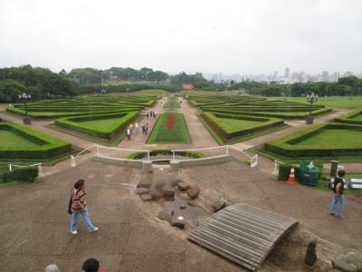 O jardim que fica em frente