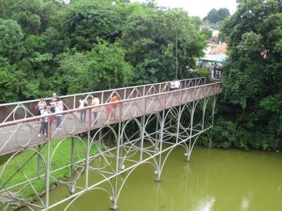 A ponte que leva à Ópera de Arame. Ela também é feita de grades, não olhe para baixo!