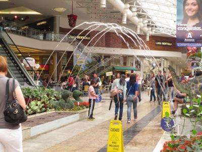 Shopping Estação, com uma decoração inusitada feita com jatos d'àgua