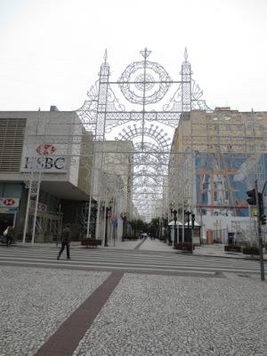 Rua das Flores, uma das principais ruas do centro. Deserta!