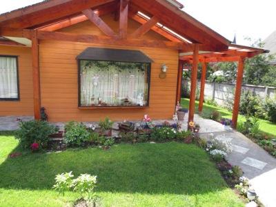 Casas de madeira com jardins bem cuidados