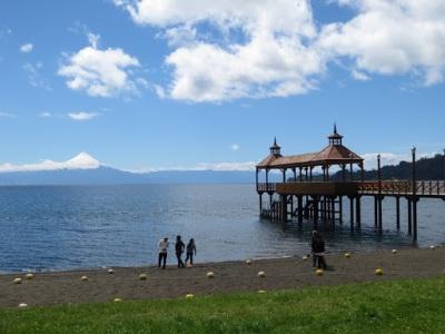 Muelle de Frutillar e vulcão Osorno ao fundo