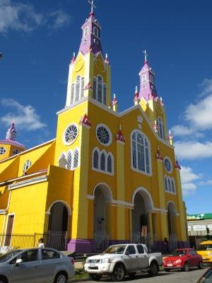 Igreja colorida de Castro. O interior é todo feito de madeira