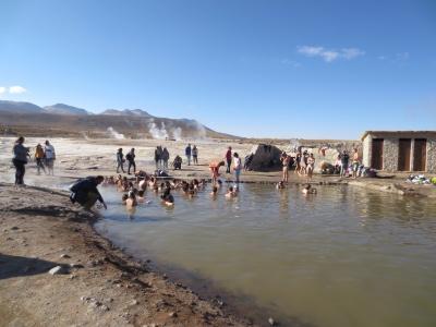 A piscina de água quente. Veja mais geysers ao fundo