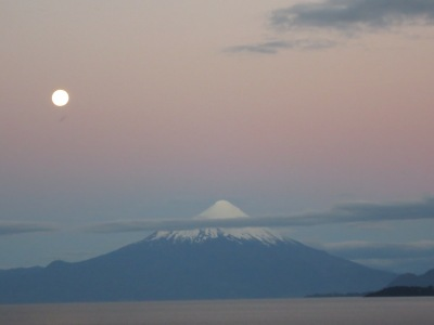Osorno e a lua durante o por do sol