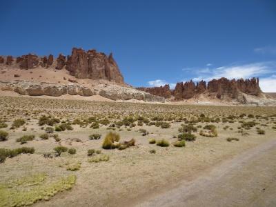 De um lado o deserto seco e marrom