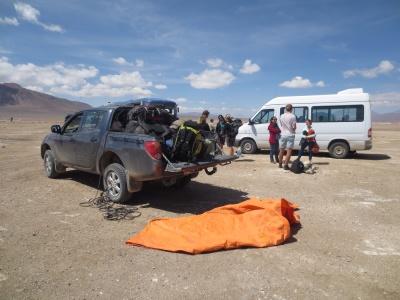A van que nos levou pelas 6 horas e a caminhonete com as malas